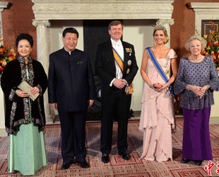 Chinas Staatspräsident Xi Jinping und seine Frau sind Samstagmittag um 12 Uhr Ortszeit in der niederländischen Hauptstadt Amsterdam eingetroffen.