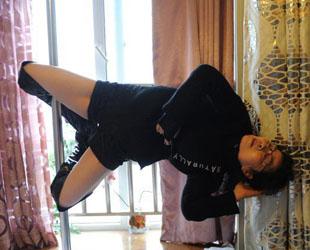 Die 68 Jahre alte Dai Dali zuhause bei ihren üblichen Übungen an der Tanzstange.