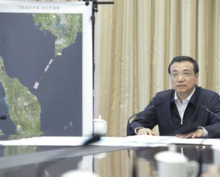 Die Suche nach dem verschollenen Flugzeug MH370 ist aus chinesischer Sicht die momentan dringlichste Aufgabe überhaupt. Dies betonte Chinas Premierminister Li Keqiang auf einer ständigen Sitzung des Staatrates am Dienstag.