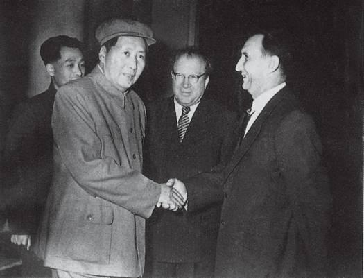 毛泽东会见时任中央人民政府政务院经济总顾问和苏联来华专家组总负责人的阿尔希波夫(右一),中为苏驻华大使尤金.jpg