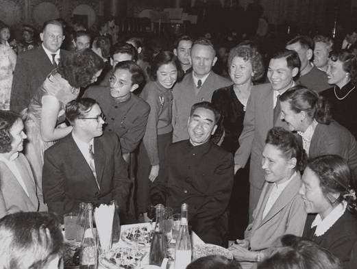 1957 年11 月8 日,国务院外国专家局举行盛大招待会,周恩来与苏联专家及其夫人们亲切交谈.jpg