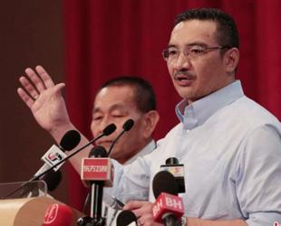 Der amtierende malaysische Verkehrsminister Hishammuddin Hussein bestritt am Sonntag lokale Medienberichte, wonach der Co-Pilot des vermissten Flugzeugs während des Tiefflugs ein Telefonanruf zu tätigen versuchte.
