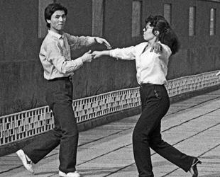 Am Anfang der 1980er Jahre veränderte sich die Stadt Beijing mit der Einführung der Reform- und Öffnungspolitik sehr stark. Der Fotograf Zhang Zhaozen zeichnete mit seiner Kamera die zehn Jahre im Wandel auf. Seine Bilderserie wird vom 12. bis 25. Mai in der Galerie Longyingtang in Beijing ausgestellt werden. Hier eine kleine Auswahl.