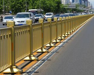 Die Schutzplanke auf der westlichen Chang'an-Straße in Beijing wurde erneuert. Die glänzende, goldene Farbe sieht schöner aus. Die neue Schutzplanke wurde dabei auch stoßfester gemacht.