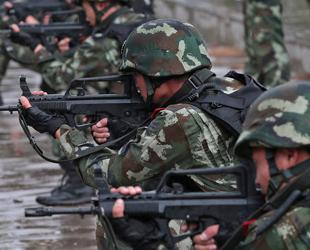 Die Division der bewaffneten Polizei der Stadt Beijing hat ohne Aufschub die vier Antiterrorgruppen, die auf dem Stadtgebiet verteilt waren, zum Tatort geschickt.
