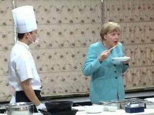 Mit einer hochkarätigen Wirtschaftsdelegation ist die deutsche Bundeskanzlerin Angela Merkel am Sonntag in Chengdu, Hauptstadt der chinesischen Provinz Sichuan, zu ihrem dreitägigen China-Besuch eingetroffen.