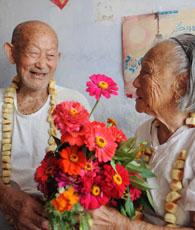 Der 99-jährige Mann Gong Deyun schenkte seiner 102-jährigen Frau Sun Yucui einen Blumenstrauß, um das 83. gemeinsame Qixi-Festival nach ihrer Eheschließung zu feiern.