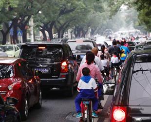 Heute morgen mussten viele Menschen Verspätungen in Kauf nehmen, weil Beijing noch schlimmere Staus als an gewöhnlichen Montagen hatte.