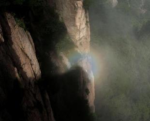 Gestern am Dienstag war 'Buddhas Halo', ein einzigartiges Lichtphänomen auf einem Gipfel des Huangshan-Gebirges in der malerischen Stadt Huangshan der ostchinesischen Provinz Anhui zu sehen.