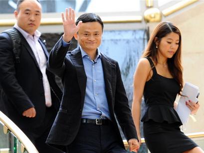 Jack Ma, Vorstands-Vorsitzender von Alibaba, bewarbt in Singapur den Börsengang und Ausgabepreis der Anteilsscheine des größten chinesischen E-Kommerz-Unternehmens. Wegen des starken Interesses der anwesenden Investoren wurde die Preisspanne für den IPO angehoben.