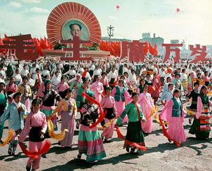 Am 1. Oktober 1949 wurde die Volksrepublik China gegründet. Bald feiert der Staat seinen 65. Geburtstag. Große Veränderungen ereigneten sich in den 65 Jahren, die sich auch in den Veranstaltungen zum Natioanlfeiertag niederschlagen. Wir werfen daher an dieser Stelle einen Blick zurück auf die vergangenen Nationalfeiertage.