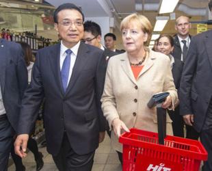 Nach den Regierungskonsultationen besuchten Chinas Ministerpräsident Li Keqiang und Bundeskanzlerin Merkel gemeinsam einen Supermarkt in der Nähe des Brandenburger Tores in Berlin. Unter den Augen neugieriger Kunden zeigte Merkel ihrem Gast verschiedene Gemüsesorten und machte mit ihm an der Fleischtheke halt.