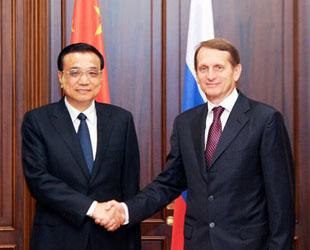 Der chinesische Ministerpräsident Li Keqiang ist am Montagvormittag in Moskau mit dem Vorsitzenden der Staatsduma der Russischen Föderation Sergei Naryschkin zusammengetroffen.