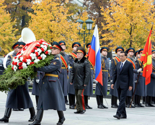 Chinas Ministerpräsident Li Keqiang hat am Montag am russischen Grabmal des unbekannten Soldaten in Moskau einen Kranz niedergelegt.