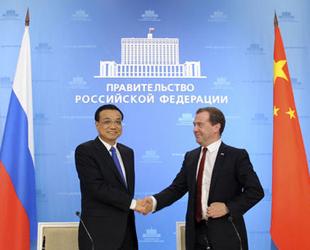 China und Russland haben eine Kooperation im Bereich Hochgeschwindigkeits-Eisenbahn vereinbart. Ein entsprechendes Memorandum wurde am Montag im Rahmen des Besuches von Ministerpräsident Li Keqiang in Russland unterzeichnet. Es sieht den Bau eines europäisch-asiatischen Transportkorridors im Hochgeschwindigkeitsbereich von Beijing nach Moskau vor.