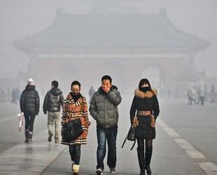 Die Zahl der Touristen aus dem Ausland, die nach China kommen, ist weiterhin rückläufig. Einer der Hauptgründe für diese Entwicklung könnte die Umweltverschmutzung in China sein. Dies bestätigte nun auch Beijings Tourismusbehörde.