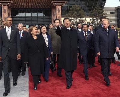 Chinas Staatspräsident Xi Jinping hat am Dienstagmorgen gemeinsam mit anderen Staatschefs und Repräsentanten der Asia-Pacific Economic Cooperation (APEC) mehrere Bäume gepflanzt, die als Symbol für die Freundschaft der 'APEC-Familie' stehen sollen.
