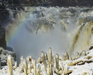Silberschmelze bildete sich auf beiden Seiten des Hukou Wasserfalls des Huanghe Flusses in der nordchinesischen Provinz Shanxi, als die Temperatur am 11. Dezember 2014 fiel. Die spektakuläre Szene aus Eiszapfen und Eissäulen zog viele Touristen an.