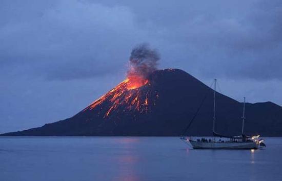 Ein Vulkan im Osten von Indonesien brach am Donnerstagabend aus. Neun Menschen wurden dabei verletzt, ein weiterer gilt als vermisst. Alle zehn betroffenen Menschen sind Mitglieder einer Bergsteigerteams.