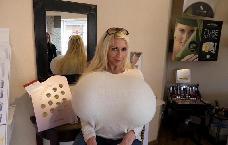 britische Frauen mit großen Brüsten