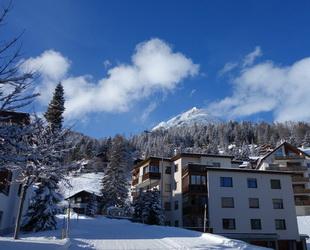 Der Kreis Davos am Fuß der Alpen genießt vor allem wegen des Weltwirtschaftsforums einen Weltruf. Aber für die Schweizer und auch die Ski-Liebhaber aus den benachbarten Ländern ist Davos eher ein reizvoller Kur- und Wintersportort mit märchenhafter Landschaft.