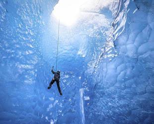Kent Mearig, 33, aus Juneau (Alaska) ist seit langem ein Fan der Mendenhall Gletscher. Zusammen mit zwei Gletscherführern hat Mearig die Naturwunder fotografiert – und zwar im Inneren.