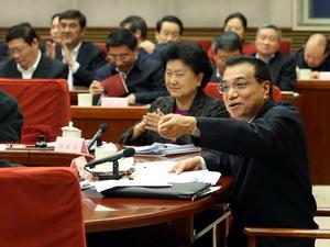 Li Keqiang sprach bei einem Treffen mit Wirtschaftsführern über die Herausforderungen und Ziele für das Jahr 2015. Ein Schwerpunkt ist für ihn die Beschäftigungslage. In diesem Jahr soll China mindestens 10 Millionen neue Jobs schaffen.