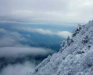 Vom Dienstag bis zum Mittwoch wurde das Emei-Gebirge vom größten Schneefall seit sieben Jahren heimgesucht. An der tiefsten Stelle wurden 25 Zentimeter Neuschnee gemessen.
