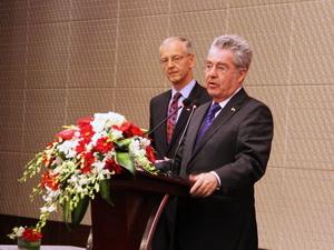 Der österreichische Bundespräsident Heinz Fischer stattet China derzeit einen Arbeitsbesuch ab. Die Reise führt ihn nach Peking und zum Boao-Forum auf der Inselprovinz Hainan. Im Mittelpunkt der Gespräche stehen wirtschaftliche Fragen.