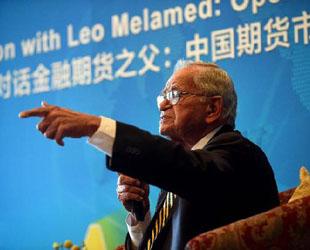Während China sich darauf vorbereitet, seinen Markt für Rohöl-Termingeschäfte (Futures) für internationale Investoren zu öffnen, sagte Leo Melamed, einer der Erfinder der Warentermingeschäfte, dass jetzt der 'richtige Zeitpunkt' für China zum Handeln und zur weiteren Öffnung seines Marktes für Terminkontrakte sei.