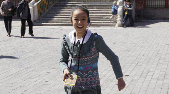 Maryam ist ein klassisches Mischlingskind: der Vater kommt aus Ägypten, die Mutter ist Chinesin. Sie geht in die dritte Klasse einer Grundschule im Beijinger Stadtteil Chongwen. Maryam ist in Beijing geboren und aufgewachsen. Sicher fällt sie durch ihre gelockten Haare, ihre honigfarbene Haut und die dunklen Augen auch neben ihren chinesischen Freundinnen auf. Sobald man aber mit ihr spricht und das fließende Hochchinesisch – das Putonghua – hört, könnte man wirklich denken, dass man sich mit einer 'echten' Chinesin unterhält.