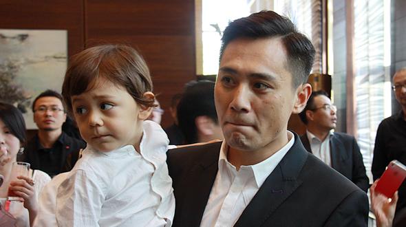 Liu Ye ist ein berühmter Schauspieler Chinas. Am 10. Oktober 2010 hat der 32-jährige Liu Ye seinen Sohn Nuoyi bekommen. Die Mutter des Kindes Anais Martane ist Auslandskorrespondentin der französischen Zeitung Libération in China. 'Nuoyi' stammt von 'Yi Nuo Qian Jin' (Chinesisch, auf Deutsch bedeutet es: Wenn man ein Versprechen macht, wird es auf jeden Fall eingehalten). Er hält es für ein heiliges Wort und glaubt, dass dieses Wort zur Antike passt. Die im Charakter verwurzelte Heldenhaftigkeit und Freundlichkeit soll man besonders schätzen. Er hofft, dass sein Sohn diese Eigenschaften hat.