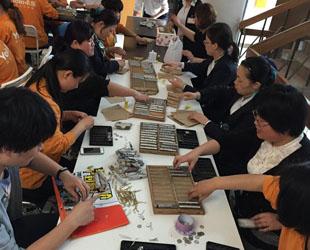 Vor kurzem sind die Mönche aus dem Kloster Xingjue des Bezirks Jinshan in Shanghai zu einem Laden für Elektrogeräte gegangen. Sie wollten 16 Heißwasseraufbereiter für das Kloster einkaufen.