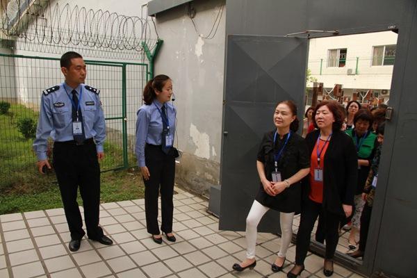 Als abschreckende Maßnahme im Kampf gegen Korruption schickt die Regierung ihre Beamten nun ins Gefängnis. Die Gattinnen gleich mit, die neben den reuevollen Inhaftierten auch in Mao-Blaumännern kommunistische Pilgerstätten besuchen müssen, um die Integrität des Gatten zu stärken.