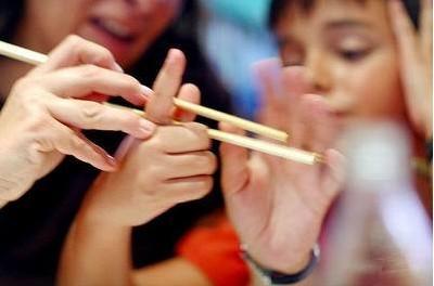 Als eine der größten Erfindungen Chinas, sind die Essstäbchen nicht nur der wichtigste Teil der chinesischen Esskultur, sondern auch eng mit Philosophie und Kunst verbunden. Wie sieht das chinesische Besteck richtig benutzen und was Sie besser nie mit Stäbchen anstellen sollten, verrät Ihnen dieses Video.