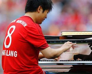 Der chinesische Pianist Lang Lang gibt am 11. Juli 2015 in der Allianz Arena in München auf dem Showtraining und der Teampräsentation des FC Bayern München eine Aufführung für die kommende Fußball-Saison der deutschen Fußball-Bundesliga.