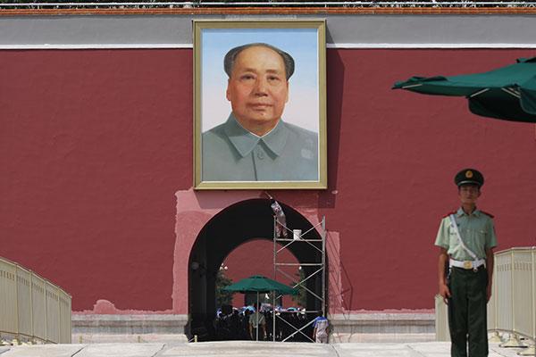 Ein Arbeiter bemalt eine Mauer am Tian'anmen als Vorbereitung auf die Feierlichkeiten zum 70-jährigen Ende des Zweiten Weltkriegs am 3. September.]