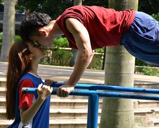 In der letzten Woche sind die kreativsten Arten und Weisen, wie ein Liebespaar vom Festland China seine Liebe zeigt, ein Internet-Hit geworden. In den mehreren Dutzend Fotos küssten sich die beiden in äußerst schwierigen Positionen oder bewiesen beim Posieren viel Kreativität.