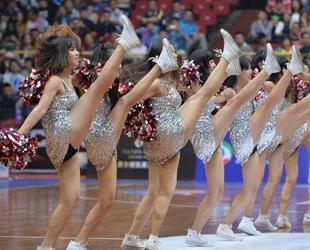 Die kurzen Aufführungen von Cheerleader auf dem Spielfeld, die meist nicht einmal eine Minute dauern, hinterlassen bei den Menschen in der Regel einen 'sexy' und 'lebensfrohen' Eindruck.