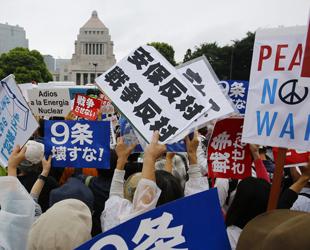 In Tokio und anderen japanischen Städten haben Zehntausende gegen die von Regierungschef Shinzo Abe geforderte Änderung der Verteidigungspolitik demonstriert.