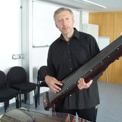 Wolfgang Mastnak ist Professor für Musiktherapie und forscht im Bereich der Musiktherapie in der Psychiatrie und Kardiologie sowie in der Neuropsychologie.