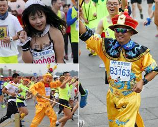 """Am vergangenen Sonntag fand in Beijing der Marathon-Wettbewerb statt. Etwa 30.000 Bürger nahmen an der großen """"Party"""" teil, bei der sie ihre kuriosen Outfits zeigten. Statt den Ergebnissen stand für viele Teilnehmer das Mitmachen an erster Stelle."""