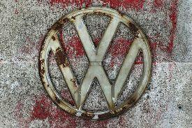 Vor Volkswagen liegt ein steiniger Weg Nachdem der deutsche Automobil-Gigant Volkswagen AG wegen seiner Betrügereien bei den Abgastests in den USA weltweit in die Kritik geraten ist, steht er nun vor der schweren Aufgabe, die Verkaufe in China, dem wichtigsten Markt, wieder anzukurbeln.