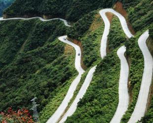 Vor kurzem haben einige Fotografie-Liebhaber im Autonomen Kreis der Tujia- und Miao-Nationalität Xiushan in der regierungsunmittelbaren Stadt Chongqing im Südwesten Chinas einen Zickzack-Bergweg entdeckt.