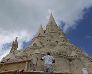 Am vergangenen Dienstag begannen US-amerikanische Sandskulptur-Künstler in der Biscayne Bay im US-Bundesstaat Florida damit, die höchste Sandskulptur der Welt zu bauen.