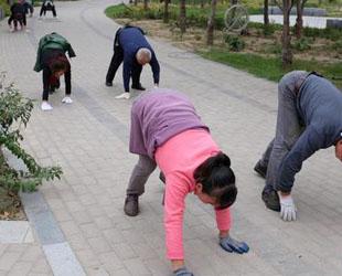 Morgens machen Chinesen alle nur erdenklichen Arten von Sportübungen. Tai Chi, Schwerttanz, Peitschenknallen und Squaredance sind heutzutage ein ganz normaler Anblick.