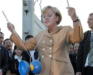 Die deutsche Bundeskanzlerin Angela Merkel ist in letzten zwei Tagen zum achten Mal seit Antritt ihrer Amtszeit im Jahre 2005 zu Besuch in China gewesen. Lassen Sie uns gemeinsam einen Blick auf einige ihrer lustigsten Momente mit chinesischen Essen, der Kultur und den Sehenswürdigkeiten werfen.