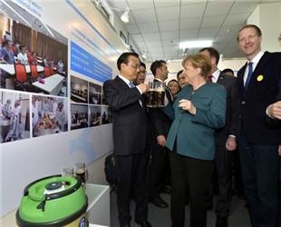 Der chinesische Ministerpräsident Li Keqiang und die deutsche Bundeskanzlerin Angela Merkel haben am Freitagvormittag die Universität Hefei in der chinesischen Provinz Anhui besichtigt.