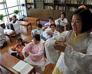 Eine Lehrerin beim Hanfu (traditionelle chinesische Kleidung) Club gibt Bürgern Unterricht in traditioneller chinesischer Etikette.
