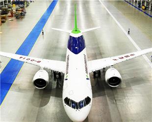 Am Montag um 10 Uhr Vormittag hat das neue Passagierflugzeug C919 die Weltpremiere in Shanghai erlebt. Das Flugzeug wurde vollständig von China entwickelt und hergestellt.